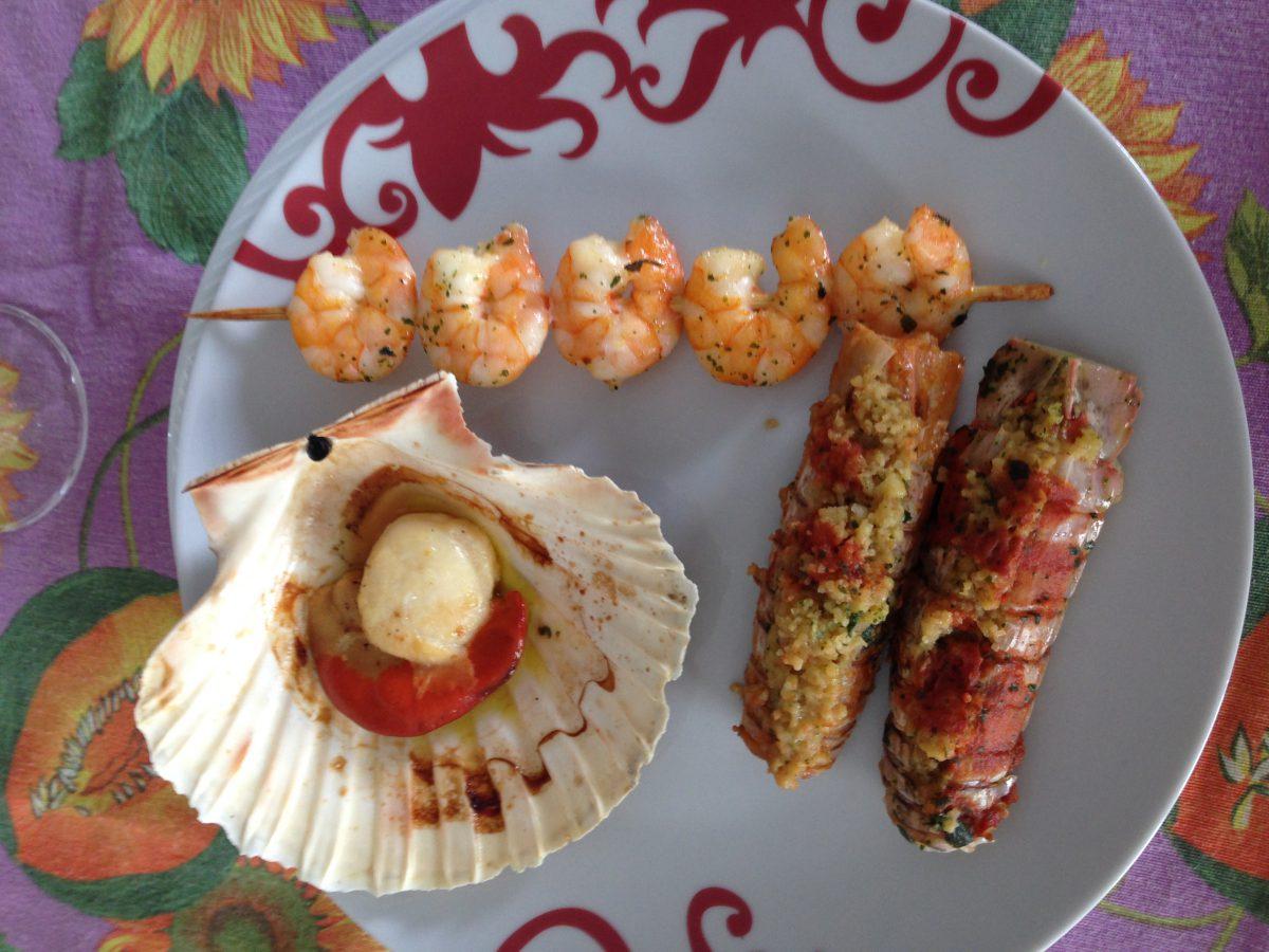 piatto di pesce verdure pastellate gastronomia